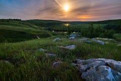 Paesaggio di alone della luna delle pietre di notte fotografia stock