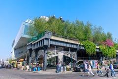 Paesaggio di alta linea Parco pubblico urbano su una ferrovia storica del trasporto, New York, Manhattan Immagine Stock