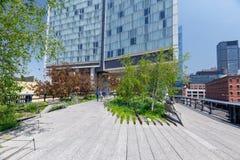 Paesaggio di alta linea Parco pubblico urbano su una ferrovia storica del trasporto, NYC Immagine Stock
