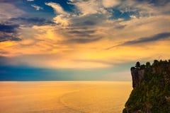 Paesaggio di alta scogliera e mare tropicale al tempio di Uluwatu, Bali, Indonesia Immagini Stock Libere da Diritti