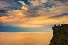 Paesaggio di alta scogliera e mare tropicale al tempio di Uluwatu, Bali, Indonesia Fotografia Stock