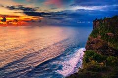 Paesaggio di alta scogliera e mare tropicale al tempio di Uluwatu, Bali, Indonesia Fotografie Stock