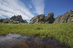 Paesaggio di Altai della montagna con le rocce e la pozza Fotografia Stock