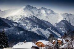 Paesaggio di alte alpi austriache con le case tradizionali coperte Fotografia Stock Libera da Diritti