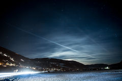 Paesaggio di alte alpi austriache coperte da neve alla notte stellata Fotografie Stock Libere da Diritti