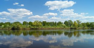 Paesaggio di anno con il fiume in terreno rurale fotografia stock libera da diritti