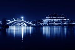 Paesaggio di architettura alla notte in un parco Fotografia Stock