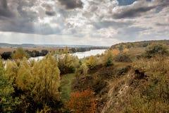 Paesaggio di autunno che trascura il fiume dalla foresta e dal rocks_ Fotografia Stock Libera da Diritti
