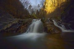 Paesaggio di autunno con gli alberi ed il fiume Fotografie Stock Libere da Diritti