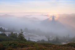 Paesaggio di autunno con il bello fenomeno in nebbia Fotografie Stock Libere da Diritti
