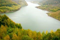 Paesaggio di autunno con il fiume fotografia stock libera da diritti