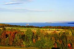 Paesaggio di autunno con il fiume ed i campi fotografia stock