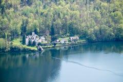 Paesaggio di autunno con il lago ed il vecchio palazzo Fotografia Stock