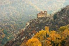 Paesaggio di autunno con la chiesa del castello dell'alta montagna Fotografia Stock Libera da Diritti
