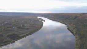 Paesaggio di autunno con una vista del fiume e del canyon archivi video