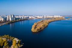 Paesaggio di autunno del fiume di Dnipro a Kiev immagine stock
