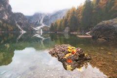 Paesaggio di autunno del lago Braies nelle alpi della dolomia, Italia Immagini Stock Libere da Diritti