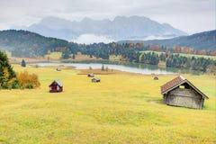 Paesaggio di autunno del lago Geroldsee con le montagne di Karwendel nei precedenti Fotografie Stock Libere da Diritti