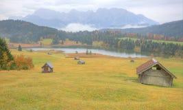 Paesaggio di autunno del lago Geroldsee in una mattina nebbiosa Fotografia Stock