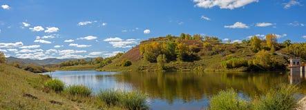 Paesaggio di autunno del punto scenico della diga di Hama (rana) fotografia stock libera da diritti
