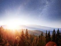 Paesaggio di autunno della montagna Alta erba e cielo notturno vibrante con le stelle e nebulosa e galassia Astrophoto profondo d fotografia stock