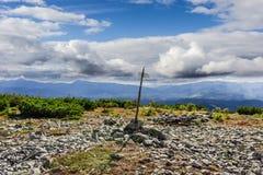 Paesaggio di autunno della montagna con la traccia turistica dell'indicatore di direzione Immagini Stock