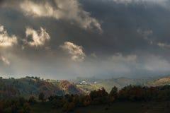 Paesaggio di autunno di ottobre nella zona di montagna a distanza nella Transilvania Fotografia Stock