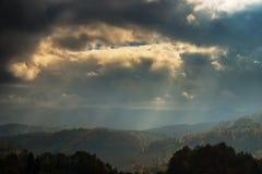 Paesaggio di autunno di ottobre nella zona di montagna a distanza nella Transilvania Fotografie Stock