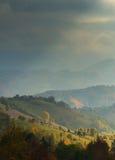 Paesaggio di autunno di ottobre nella zona di montagna a distanza nella Transilvania Immagini Stock