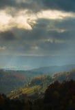 Paesaggio di autunno di ottobre nella zona di montagna a distanza nella Transilvania Immagini Stock Libere da Diritti