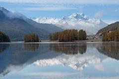 Paesaggio di autunno di un lago nelle alpi svizzere del Engadine Val Fotografie Stock Libere da Diritti