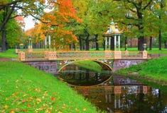 Paesaggio di autunno e ponte di cinese in Alexander Park fotografia stock