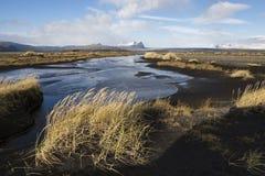 Paesaggio di autunno in Islanda con un fiume, sabbia nera Fotografia Stock Libera da Diritti