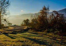 Paesaggio di autunno, la strada che conduce nelle montagne, moun blu Fotografie Stock Libere da Diritti