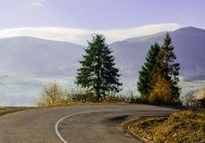 Paesaggio di autunno, la strada che conduce nelle montagne, moun blu Immagine Stock