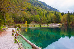 Paesaggio di autunno nel lago della montagna di Fusine del lago Fotografia Stock
