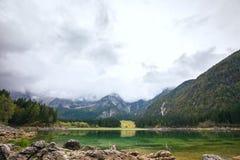 Paesaggio di autunno nel lago della montagna di Fusine del lago Immagine Stock Libera da Diritti
