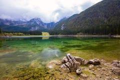 Paesaggio di autunno nel lago della montagna di Fusine del lago Fotografie Stock