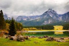 Paesaggio di autunno nel lago della montagna di Fusine del lago Immagini Stock