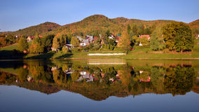Paesaggio di autunno rispecchiato in acqua fotografie stock libere da diritti