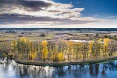 Paesaggio di autunno - River Valley del Siverskyi Seversky Donets, il fiume di bobina sopra i prati fra le colline e le foreste Immagine Stock Libera da Diritti