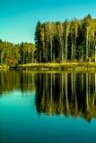 Paesaggio di autunno su un lago in Russia centrale Immagine Stock