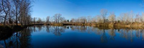 Paesaggio di autunno sul lago fotografie stock