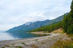 Paesaggio di Baikal con la foresta verde della molla Fotografie Stock Libere da Diritti