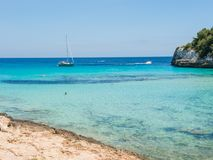 Paesaggio di bella baia di Mas dell'en del ` di Cala Estany d con un mare meraviglioso del turchese, Cala Romantica, Oporto Crist immagine stock