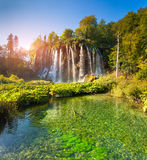 Paesaggio di bella roccia con una cascata sotto la SK blu Fotografia Stock
