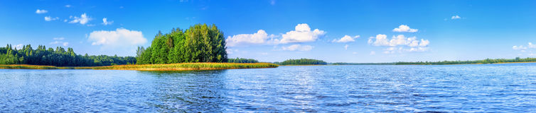 Paesaggio di bello lago al giorno di estate Immagine Stock