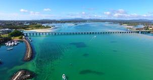 Paesaggio di bello orizzonte, ponte lungo, acqua blu della radura con le barche un giorno splendido video d archivio