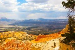 Paesaggio di Bryce Canyon con le formazioni rocciose e gli alberi Immagini Stock Libere da Diritti