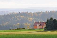 Paesaggio di caduta con la casa sola immagine stock libera da diritti